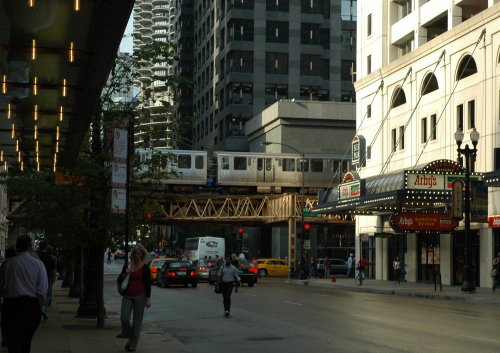 The over-ground train makes its way through the city. Chicago (2007)