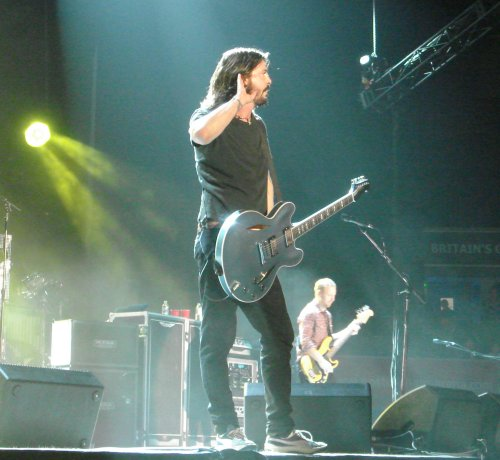 Playing loud music for years has made Dave Grohl a little hard of hearing… eh, what's that, what ya say? Nottingham (2007)