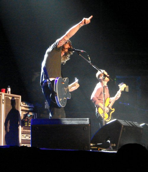 Dave Grohl sees something up in the air… everybody look. Nottingham (2007)