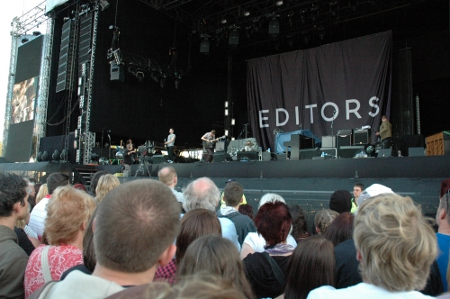 The crowd enjoy Editors. They were pretty good. Manchester (2008)