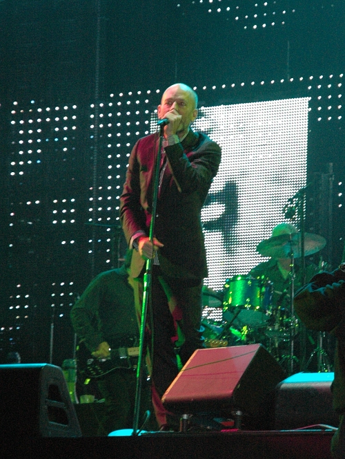 Michael Stipe sees how much of the mike he can fit into his mouth. Manchester (2008)