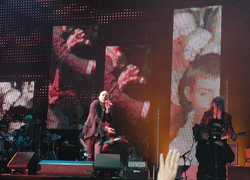 Michael Stipe lobs something into the crowd. Manchester (2008)