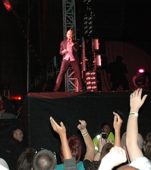 Michael Stipe contemplates a bit of crowd surfing… go on Michael, jump! Manchester (2008)