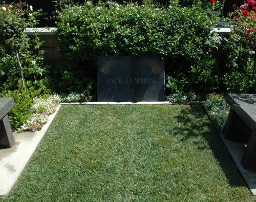 Jack Lemmon's burial plot, his comedy partner Walter Mattau is buried close by also. Los Angeles (2007)