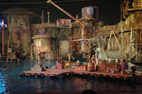 Some bit-part actors from various TV shows played the characters for the Waterworld show. Los Angeles (2007)
