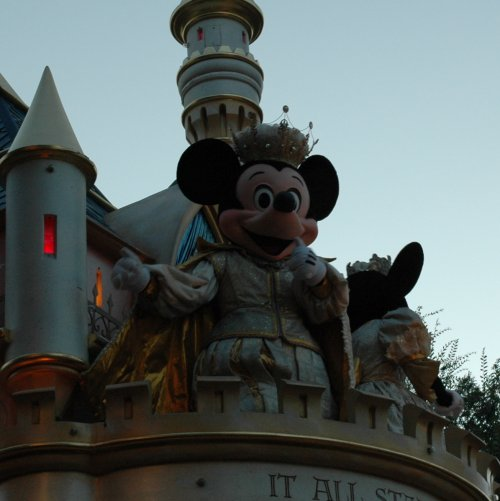 The king of the show… Mickey Mouse… ends the Parade of Dreams at Disneyland! Los Angeles (2007)
