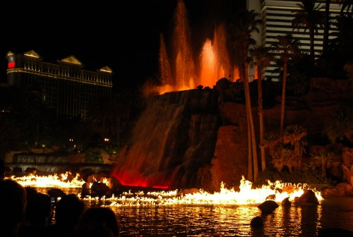 A spectacular water show at the Mirage Hotel… on the hour, every hour at night. Las Vegas (2007)